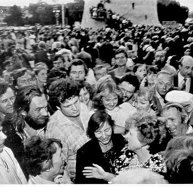 Kazimiera Prunskiene suka galvas Lietuvos gyvenrojams 1989-08-23 Katedros aiksteje.
