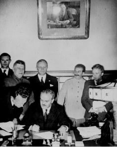 """1939 metų rugpjūčio 23 diena. Maskva. Ribentropas ir Molotovas pasirašo nepuolimo sutartį ir slaptąjį protokolą, kuriame abipusiai pripažįstamas Lietuvos interesas į Vilnių ir kraštą. 50 metų vėliau šis dokumentas tapo Lietuvos """"okupacijos"""" """"įrodymu""""."""