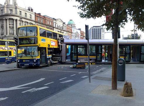 LUAS susidūrimas su autobusų šiandieną. LUAS nepaliko jokių šansų autobusui, tačiau autobusas, mainais už tai, išvertė tramvajų iš bėgių.