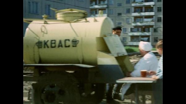 Štai iš tokių cisternų TSRS buvo piliečiai girdomi gira, kai kur - ir alumi. Tai būdavo ekologiškai švarus produktas, be konservantų, nes išlaikyti ilgesnį laiką būdavo neįmanoma - skonis keisdavosi.