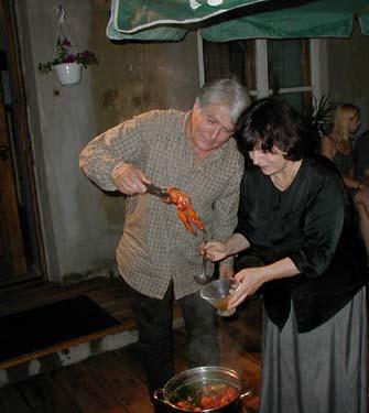 """Ievos Ševiakovaitės tėvai Viačeslavas Ševiakovas ir Veronika Ščukauskaitė. Veronika paslysta visai šalia pat ir nusilaužia sprandą neužilgo gavus laišką su tekstu """"Anuška jau sudaužė stiklainį ir išliejo aliejų"""".  """"Labas, Lietuva!"""" skelbia konkursą atspėti, kas yra originalus šių žodžių autorius ir kokiame kontekste jie buvo paminėti primą kartą. Pirmąjam atspėjusiam """"Labas, Lietuva!"""" išsiūs įrėmintą propagandinį """"Ir tu patikėjai Landsbergiu"""" abrozdą. Atsakymus prasome pateikti komentaruose arba siūsti ziniatinklis@gmail.com."""