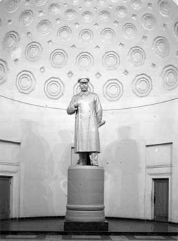 """Originalus paminklas Josifui Visarionovičiui Stalinui, stovėjęs Maskvos metro """"Kursko"""" stotyje iki prasidėjus antistalininei isterijai."""