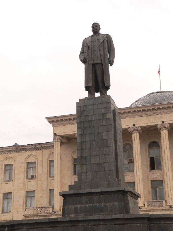 Paminklas J. V. Stalinui Goryje priešais miesto merijos pastatą