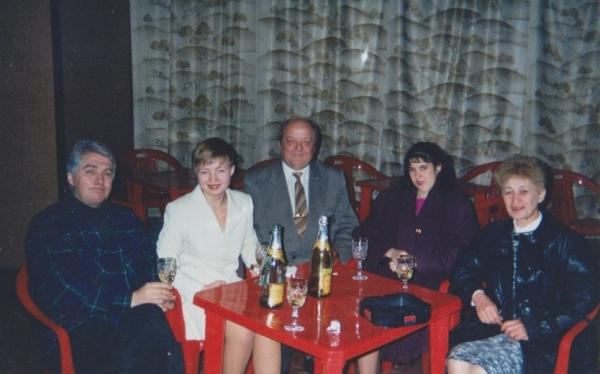 Profesorius Bigelis mėgdavo pasedėti kompanijoje. Nuotraukoje iš kairės: profesoriaus draugas Viačeslavas Ševiakovas, jo duktė Viktorija Bigelytė, profesorius, Vikos draugė Marina Gladiševa, profesoriaus žmona Tatjana Bigelienė